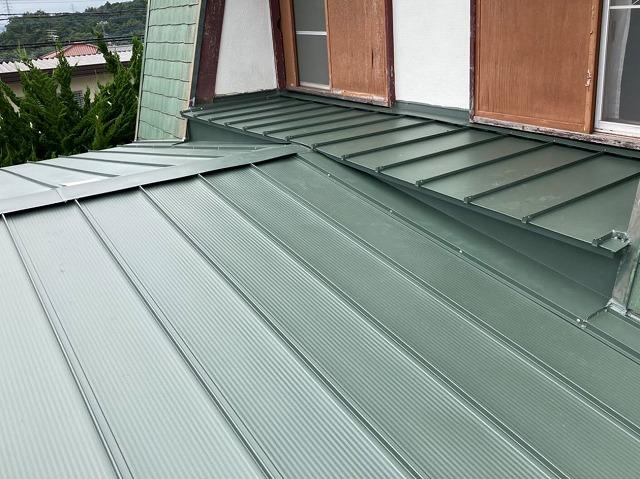 緑色の縦葺き金属屋根