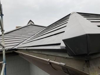ガルバリウムカバー工法が完了した結城市の屋根を軒先の剣先から撮影