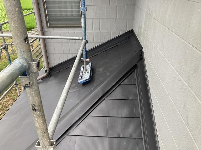 黒の定尺屋根材で重ね葺きした結城市の屋根