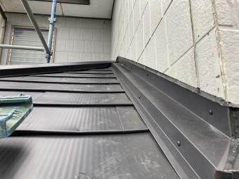 1階と2階の接合部である壁際板金を施工