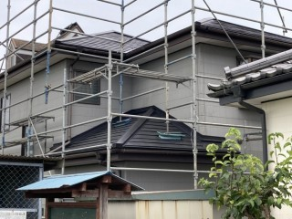 GL重ね葺きが完了した結城市の屋根を北側から撮影