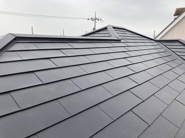 金属屋根材であるガルバリウム鋼板材が屋根に葺かれた複合屋根