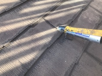 破損したスレート材に変成シリコンを塗る
