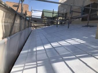 下塗り作業が完了し一面白くなった下屋根の様子