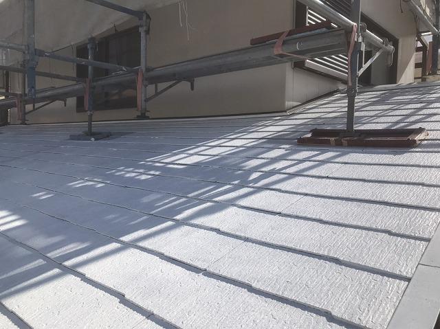 下塗り工程が完了したひたちなか市の差し掛け屋根