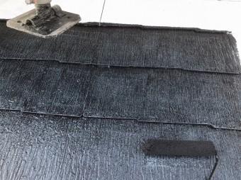 クールタイトSiのブラックカラーで中塗りを行う