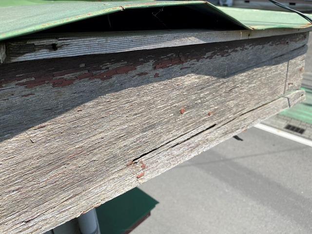 固定力を失いトタン屋根が捲れあがっている瓦棒葺きトタン屋根