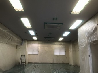 壁と床面に養生した水戸市の貸事務所の室内