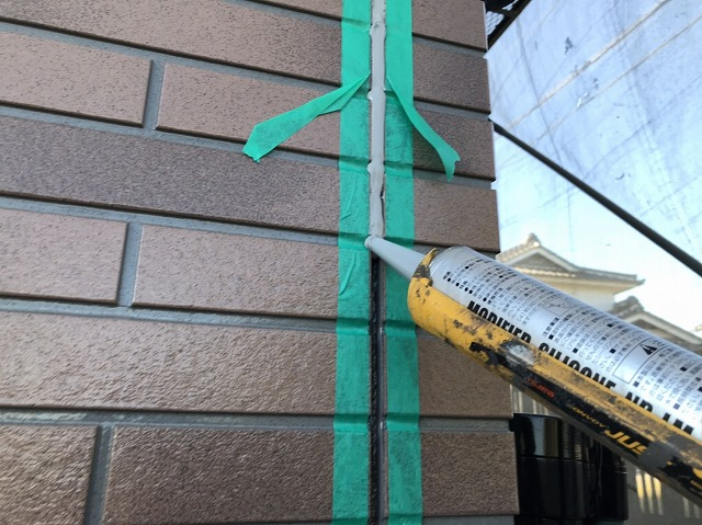 日立市の現場でノンブリートシリコーンをガンで充填する職人