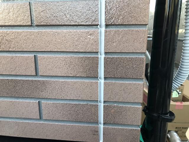 サイディング目地へ変成シリコーン充填が完了した日立市の壁