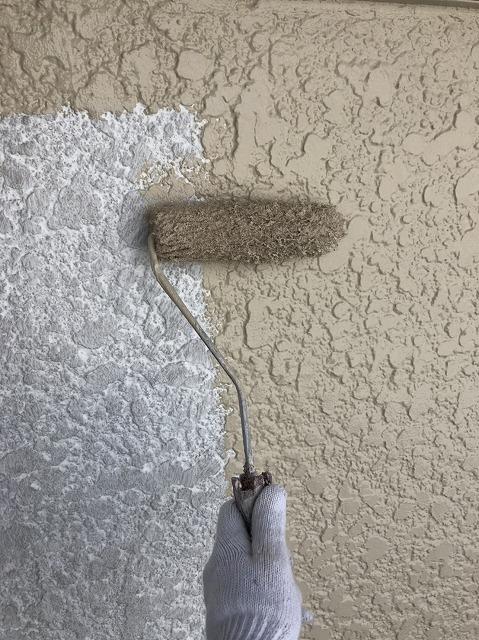 小美玉市S様邸での外壁塗装時の下塗りと中塗りの比較