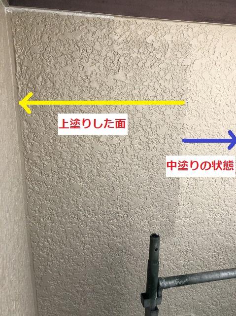 吹付け外壁に上塗りを半分塗装し中塗りと比較