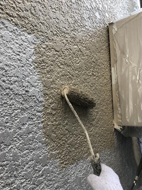 小美玉市の外壁塗装現場での中塗りローラー塗布工程