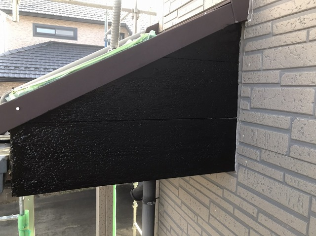 塗装を施し、綺麗に仕上がった筑西市の玄関庇屋根の破風板