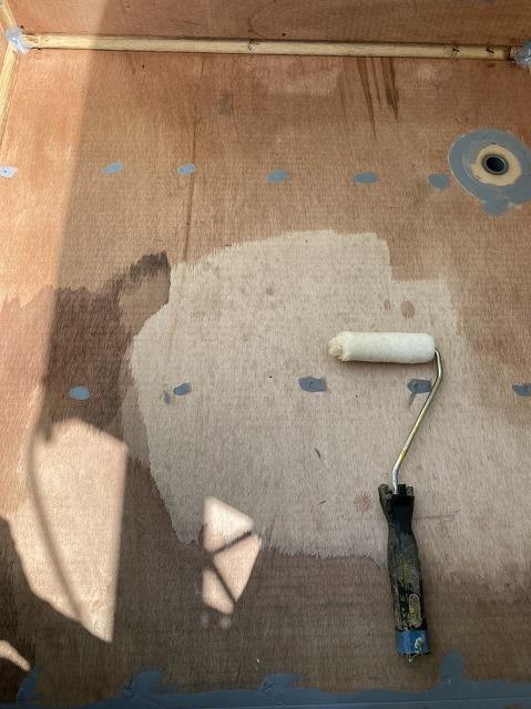 ベランダの床下地にプライマーを塗布