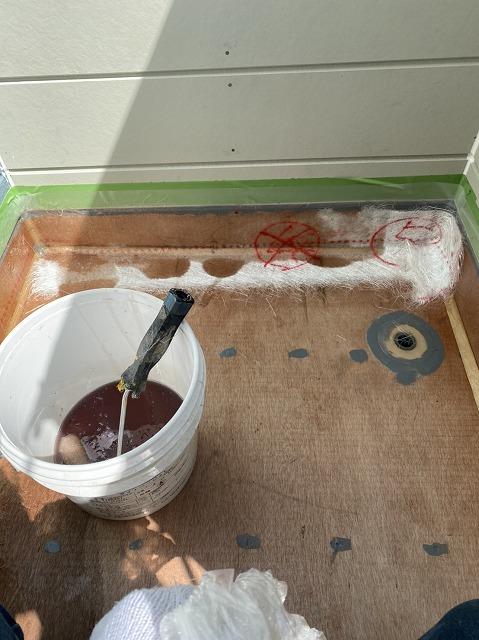 ベランダの立ち上がりにガラスマットを敷き、防水用ポリエステル樹脂を塗布する