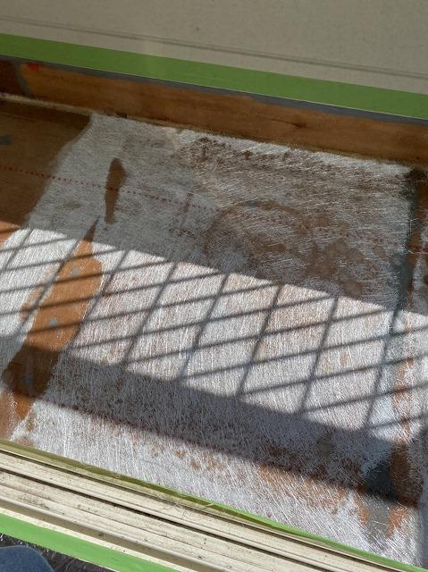 ベランダの平場にガラスマットを敷き、防水用ポリエステル樹脂を塗布する