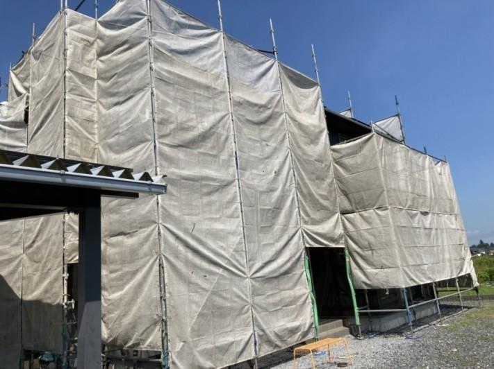 塗装を行う前に足場を設置し養生カーテンを設置