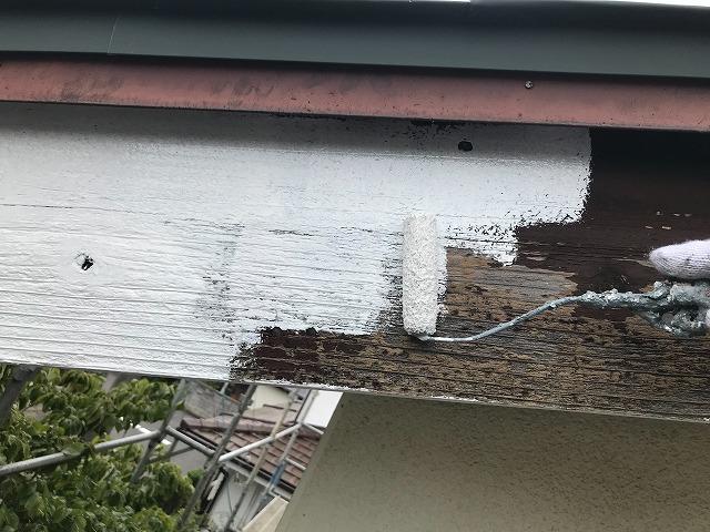 那珂市の現場で破風板への下塗り
