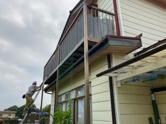 日立市の縦葺き屋根の上に設置された後付けベランダ