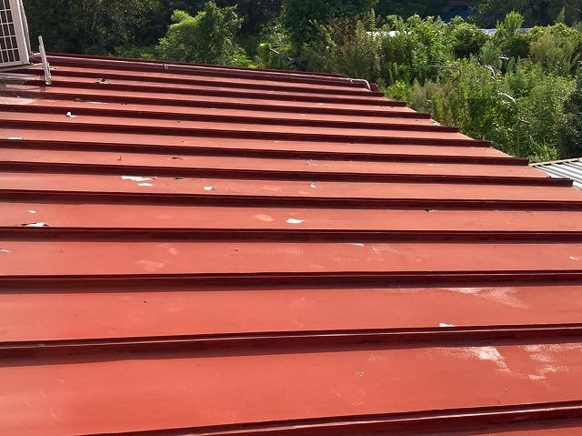 日立市の縦葺き屋根の塗装が劣化している様子