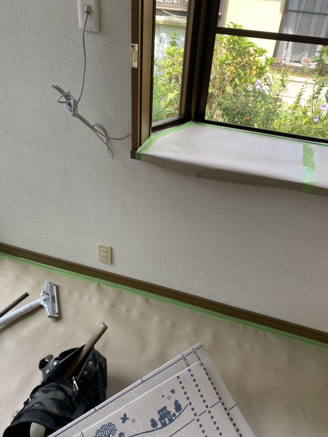 出窓部分にも養生シートを貼る