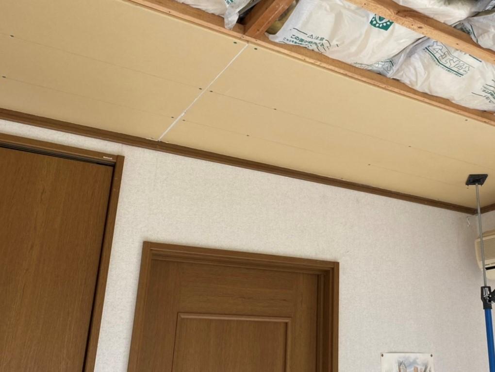 新しい天井ボードの貼り始め