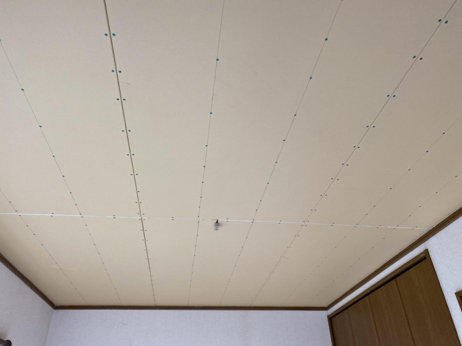 新しい天井ボードが全面に貼られて洋室