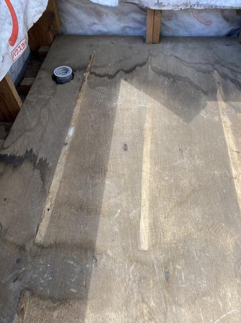 ベランダの床下地にも雨水が廻っていました