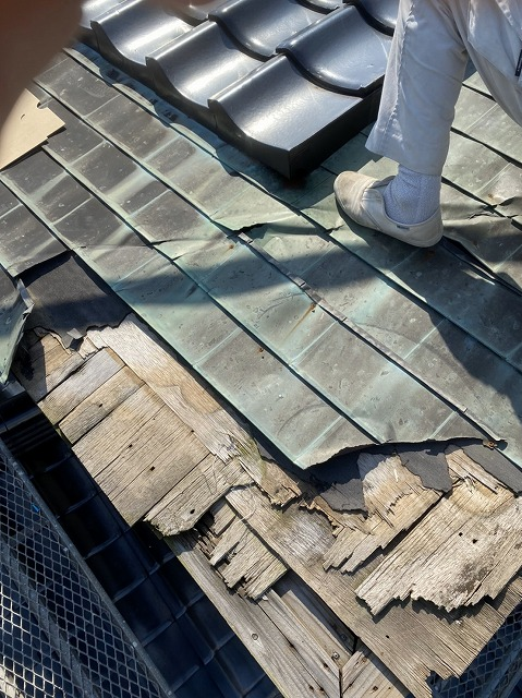 銅板腰葺き屋根の解体をしております