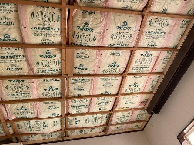 天井一面に敷きこまれた断熱材
