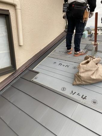 石岡市でガルバリウム鋼板はりをする職人