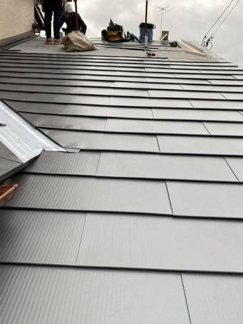 下屋根に、新しい金属屋根を葺いている様子