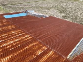 ケラバから煽られ捲れてしまったトタン屋根