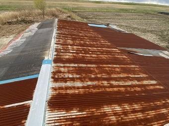 台風により被害を受けた車庫兼納屋の波トタン屋根