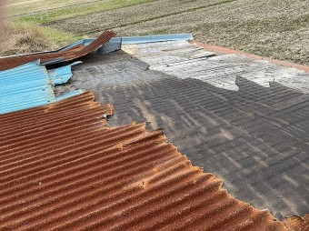 波トタン屋根材が捲り上がり防水シートも破損
