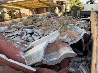 トラック満載に積まれた解体した屋根瓦