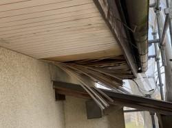 軒天に穴が開いてしまっていた施工前の軒天