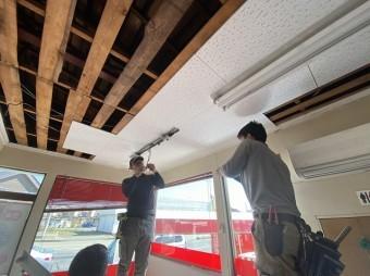 天井貼りと照明取付け