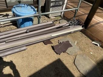 撤去した既存の半丸雨樋と支持金具