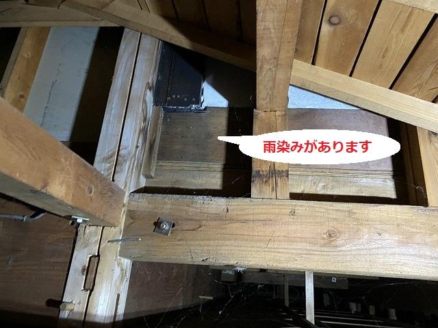 ベランダ部に設置してある戸袋の下部を天井裏から調査