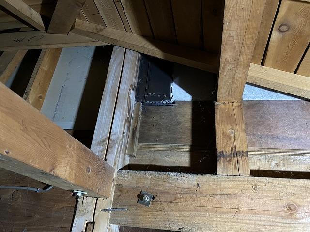 天井裏から戸袋の緩衝部下からの雨漏りと判明