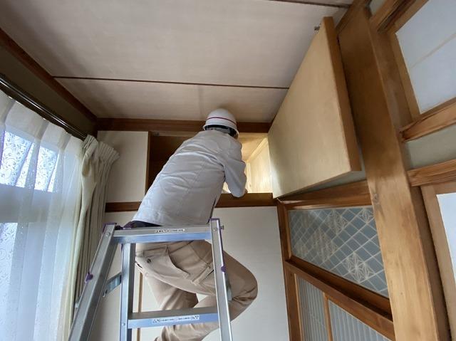 天袋を開けて天井裏を目指す店長