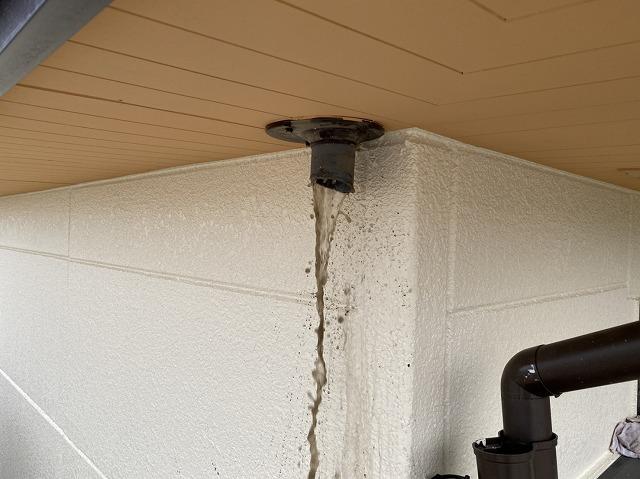 配管から勢いよく流れ出る泥水