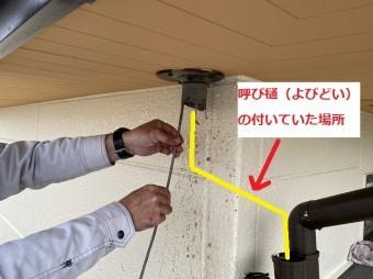 配管の途中を外しワイヤーブラシで詰まりを直す職人