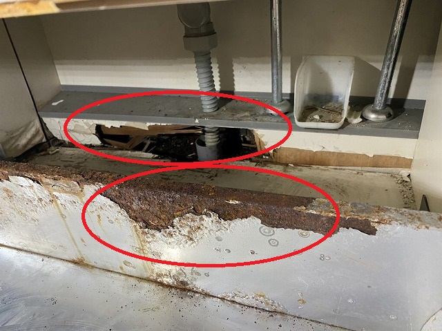 システムキッチン下の配管部腐っている