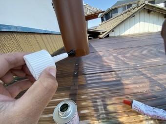 継手のメス部分に連結する為竪樋の外側に接着剤を塗布