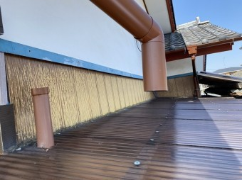 竪樋の継手部分から外れた呼び樋をアップで撮影