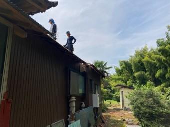 波トタン屋根の解体を行なう職人