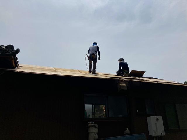 波トタンの下地に野地板ベニヤを貼る職人